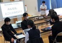 話し合いをする5人の生徒