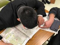 松山市のハザードマップを見る男子生徒
