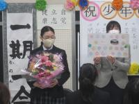 花束と色紙の贈呈
