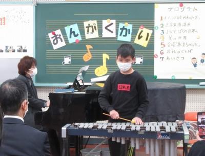 「星の世界」をビブラフォンで演奏しています。